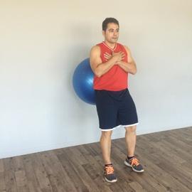 Un Cuarto De Sentadilla Con Balón De Fitness, paso 1