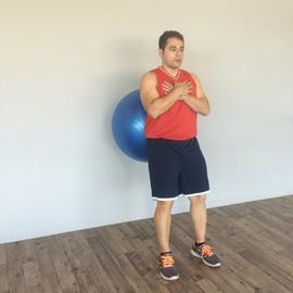 Un Cuarto De Sentadilla Con Balón De Fitness, paso 3