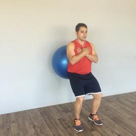 Un Cuarto De Sentadilla Con Balón De Fitness, paso 7