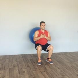 Sentadilla Completa Con Balón De Fitness, paso 8